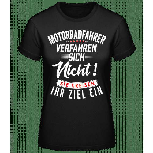 Motorradfahrer Kreisen Ihr Ziel Ein - Basic T-Shirt